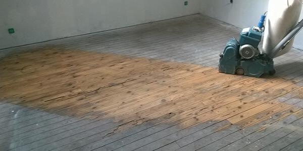 Toutes les étapes détaillées pour poncer un parquet ancien en chêne massif, dans le journal travaux de rénovation d'une maison meulière sur le blog Inside my home