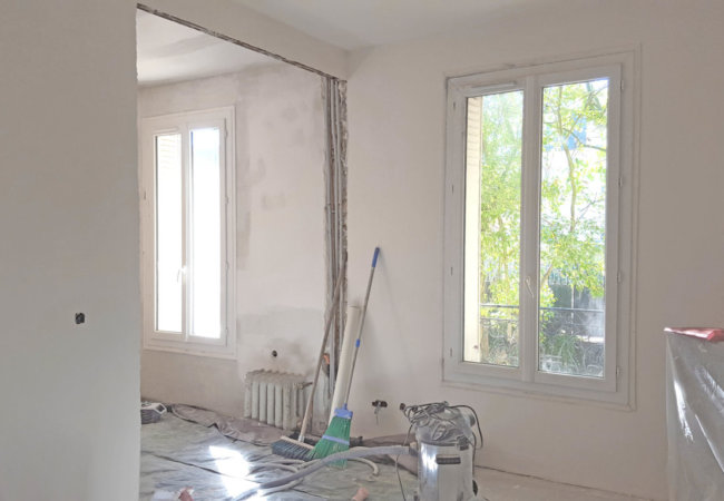 Renovation of my French old stone house – Week 6 to 9: painting and wall moulding